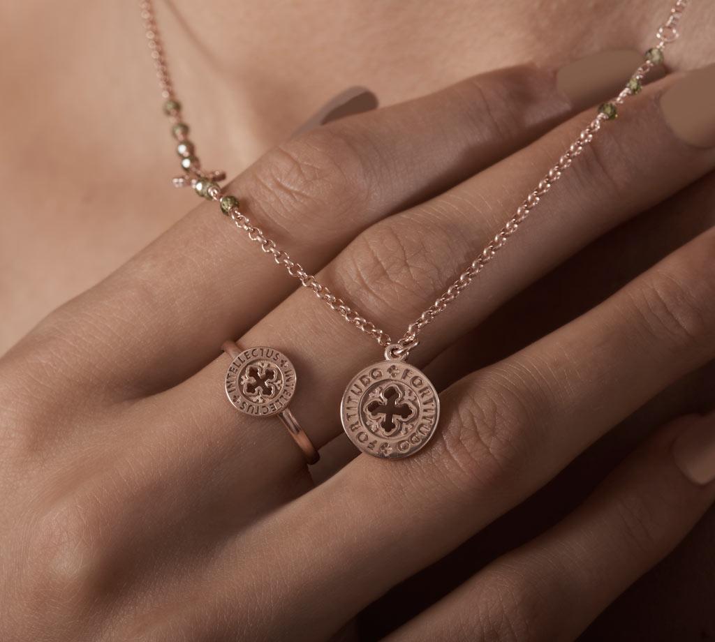 Materiali nobili dalle linee semplici. Puoi scegliere anello o collana in uno dei SETTE Doni: