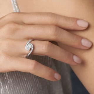Anello Sinuo Forever Unique Diamanti e Oro Bianco certificati IIDGR Tracce D'oro Gioielli Maglie Lecce